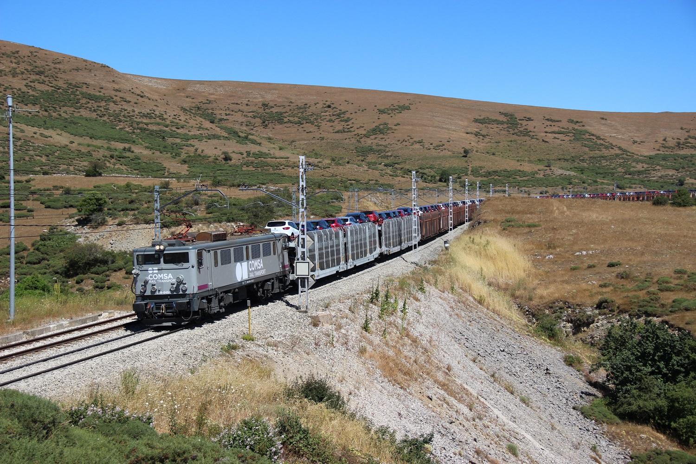 Nuevo tren portacoches de la Renault con tracción de Comsa.