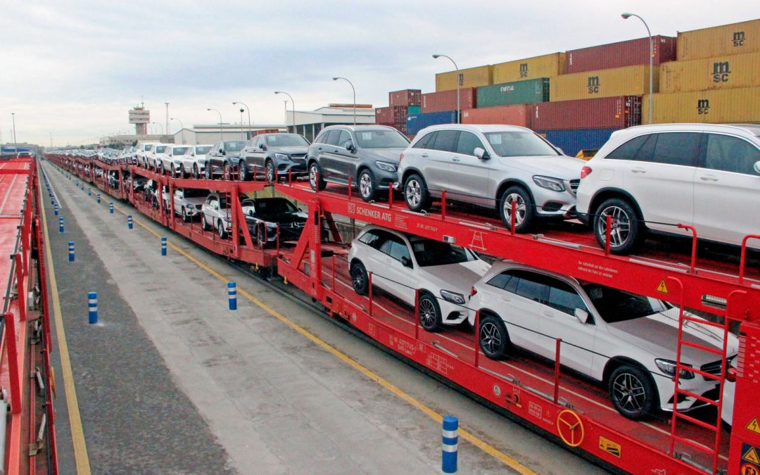 El puerto de Barcelona estrena una conexión ferroviaria de récord con Alemania para el transporte de coches